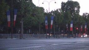 Bulevar Champs-Elysees de Empy en París con muchas banderas para el día nacional de Francia