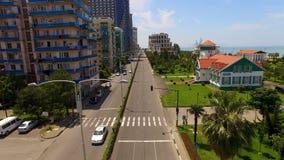 Bulevar com os carros entre prédios de apartamentos e frente marítima em Batumi Geórgia vídeos de arquivo
