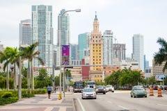 Bulevar de Biscayne en Miami con varias señales de la ciudad Fotos de archivo