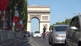 Bulevar de Champs-Elysees con tráfico de coche y Arc de Triomphe en fondo