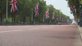 Bulevar de Londres adornado con las banderas de Gran Bretaña para la celebración importante almacen de metraje de vídeo