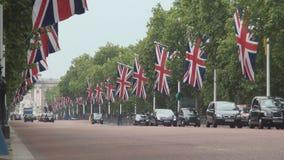 Bulevar de Londres adornado con las banderas de Gran Bretaña para la celebración importante metrajes
