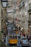Bulevar en Lisboa con los tranvías amarillos Foto de archivo