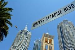 Bulevar Gold Coast Australia del paraíso de las personas que practica surf Fotos de archivo