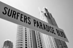 Bulevar Gold Coast Australia del paraíso de las personas que practica surf Imagen de archivo libre de regalías