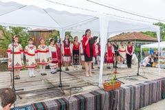 bulgária Abertura da seção do ` s das crianças do concerto em jogos de Nestenar na vila dos búlgaros Imagem de Stock