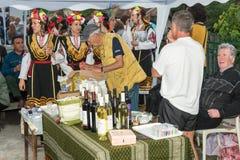 bulgária Artistas bebendo do vinho nos jogos de Nestenar na vila dos búlgaros Fotografia de Stock Royalty Free