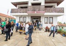 bulgária Artistas e convidados do festival perto da administração da vila em jogos de Nestenar na vila dos búlgaros Foto de Stock