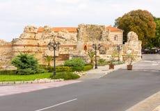 Bulgária: As ruínas da parede velha do castelo em Nessebar Fotos de Stock