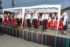 bulgária Concerto de artistas do ` s dos povos nos jogos de Nestinar na vila dos búlgaros Fotografia de Stock Royalty Free