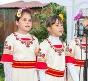 bulgária Concerto do conjunto do ` s das crianças nos jogos de Nestenar na vila dos búlgaros Fotos de Stock