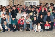bulgária Convidados do festival antes dos carvões quentes em jogos de Nestenar na vila dos búlgaros Imagem de Stock Royalty Free