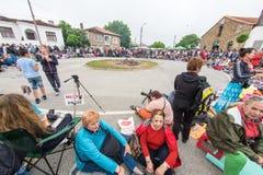 bulgária Convidados do festival em antecipação à dança nos carvões em jogos de Nestenar na vila dos búlgaros Fotografia de Stock Royalty Free