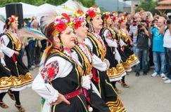 bulgária Dança nacional do ` s das mulheres em jogos de Nestenar na vila dos búlgaros Fotografia de Stock Royalty Free