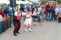 bulgária Dança popular das pessoas idosas e das crianças nos jogos de Nestenar Fotos de Stock