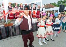 bulgária Dança popular das pessoas idosas e das crianças nos jogos de Nestenar na vila dos búlgaros Imagem de Stock