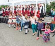 bulgária Dança popular do ` s das crianças nos jogos de Nestenar na vila dos búlgaros Imagens de Stock Royalty Free