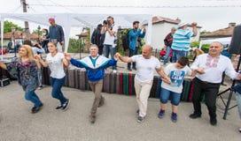 bulgária Dance antes da fase do concerto em jogos de Nestenar na vila dos búlgaros Fotografia de Stock Royalty Free