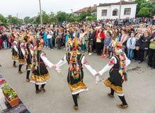 bulgária Feriado do ` s das mulheres em jogos de Nestenar na vila dos búlgaros Fotografia de Stock