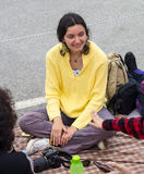 bulgária Menina nova do turista com a câmera em jogos de Nestenar na vila dos búlgaros Fotografia de Stock