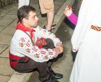 bulgária O participante das danças em carvões em jogos de Nestenar na vila dos búlgaros Fotos de Stock