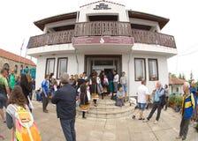bulgária Perto do edifício da administração da vila em jogos de Nestenar na vila dos búlgaros Fotos de Stock Royalty Free