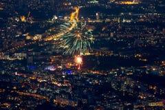 Bulgária, Sófia, na cidade na noite com fogos-de-artifício Imagem de Stock Royalty Free