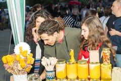 bulgária Venda do mel das abelhas nos jogos de Nestenar na vila dos búlgaros Fotos de Stock
