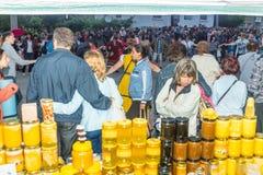 bulgária Venda festiva do mel nos jogos de Nestinar na vila dos búlgaros Fotografia de Stock Royalty Free