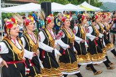Bulgária, vila dos búlgaros Dança fêmea das rosas em jogos de Nestenar Fotos de Stock