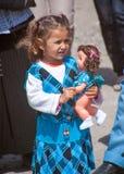Bulgaars meisje met een pop stock foto