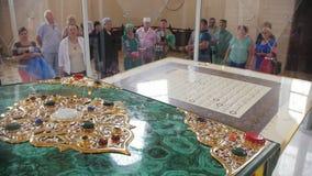 Bulgaars, Tatarstan, Rusland, 19 juli 2017, één van de wereld` s grootste gedrukte Koran in het Museum van het Herdenkingsteken stock footage