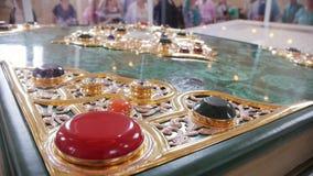 Bulgaars, Tatarstan, Rusland, 19 juli 2017, de wereld` s grootste gedrukte Koran in het Museum van het Herdenkingsteken, close-up stock footage