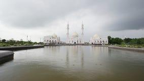 Bulgaars, Tatarstan, Rusland, 19 juli 2017, de Witte moskee torenhoog boven het water stock video