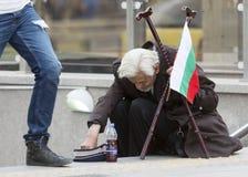 Bulgaarse bedelaar die muntstukken nemen Stock Fotografie