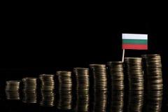 Bulgaarse die vlag met partij van muntstukken op zwarte wordt geïsoleerd Stock Afbeelding