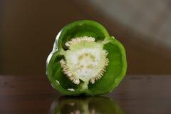 Bulgaarse groene paprika in een besnoeiing bij het ontslaan stock foto