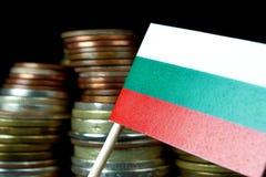 Bulgaarse vlag die met stapel geldmuntstukken golven Royalty-vrije Stock Afbeeldingen