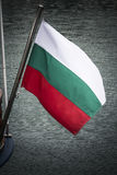 Bulgaarse vlag die van boot op de Zwarte Zee vliegen Stock Fotografie