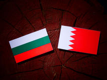 Bulgaarse vlag met Bahreinse vlag op een boomstomp Royalty-vrije Stock Afbeelding