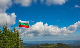 Bulgaarse vlag op de blauwe hemel Stock Foto's