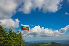 Bulgaarse vlag op de blauwe hemel Royalty-vrije Stock Afbeeldingen