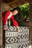 Bulgaarse vrouw met tapijten Royalty-vrije Stock Foto's