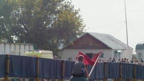 Bulgar,俄罗斯联邦- 2018年8月, -历史服装的人有他的肩膀的一个孩子的通过跑 影视素材