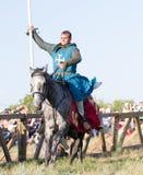 Bulgar, Ρωσική Ομοσπονδία - τον Αύγουστο του 2018, - αθλητικό άτομο στο τεθωρακισμένο στην μπλε τήβεννο στην πλάτη αλόγου που περ στοκ εικόνες