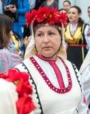 Bulgare dans la robe nationale aux jeux de Nestinar dans le village des Bulgares Photo libre de droits