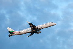 Bulgaria Air Embraer 190 po start Fotografia Royalty Free