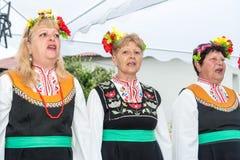 bulgaria Coro delle donne anziane allegre sui giochi di Nestenar nel villaggio dei bulgari Immagine Stock Libera da Diritti