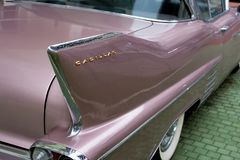 Bulgaria, Elhovo - October 07, 2017 : Pink Cadillac Series 62 Coupe 1958 Badge Detalhe do crachá de nome de whit cor-de-rosa V-8  Fotografia de Stock