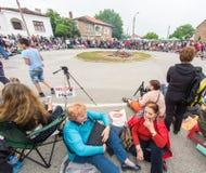 bulgaria Spectateurs en prévision de la danse sur des charbons sur des jeux de Nestenar dans le village des Bulgares Photos libres de droits